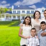giovane famiglia ispanica davanti alla loro nuova casa — Foto Stock #62488769