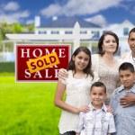 famiglia ispanica nella parte anteriore del segno venduto immobili, casa — Foto Stock #62488813