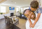 非裔美国父亲和混的血儿子在客厅里 — 图库照片