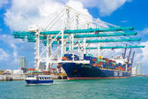 Ship unloading containers at the Port of Miami — Stock Photo