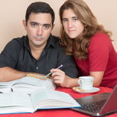 Hispanic man and woman studying at home — Stockfoto