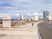 The skyline of Havana and the Malecon seawall — Stock Photo
