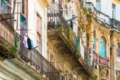 Crumbling buildings in Old Havana — Stock Photo