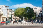 People and traffic at Paseo del Prado street — Stock Photo