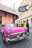 Vintage car next to restaurant — Stock fotografie