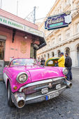 Vintage car next to restaurant — Stock Photo