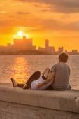 Couple looking at a sunset in Havana — Stock Photo