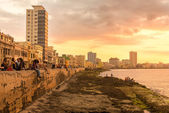 Cubans sitting on seawall — Stock Photo