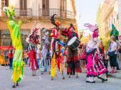 Colorful stiltwalkers dancing in Old Havana — Stock Photo