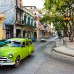 Viejo coche americana en la famosa calle de El Prado en la Habana Vieja — Foto de Stock   #77953670