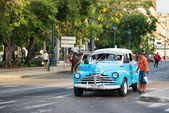 A man asks for a ride in an old american car still used as a taxi in Old Havana — Stock Photo