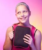 Teen girl holds small bag and smiling — Stockfoto