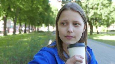 Dospívající dívka pití nápoj — Stock video