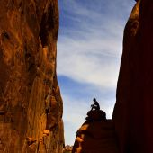 Kvinna vandring i arches national park — Stockfoto