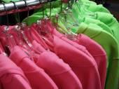 Camicie abbigliamento vestiti appesi sul gancio della cremagliera — Zdjęcie stockowe