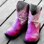 Rosa botas de vaquero para una chica — Foto de Stock   #58802901