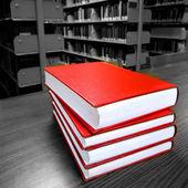 Böcker på bord i biblioteket — Stockfoto