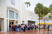 People waiting in the rain at the Lincoln Road Apple Store — Stock Photo
