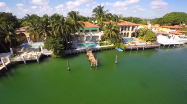 Luxury waterfront homes on Pinetree Drive — Stock Video
