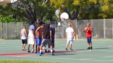 Guys playing basketball on the court — Stock Video