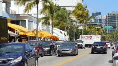 温暖海洋驱动器上的行人和车辆交通 — 图库视频影像