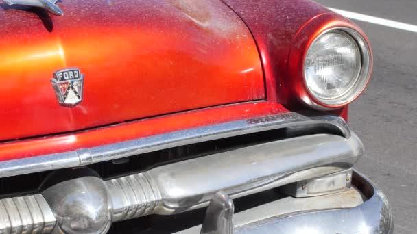 Antiguos coches aparcados en la calle Collins Avenue — Vídeo de stock