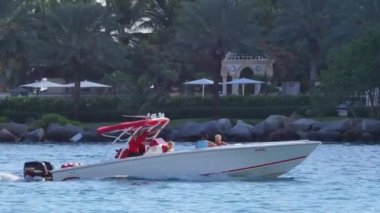 Boaters cruising through Government Cut Miami Beach — Stock Video