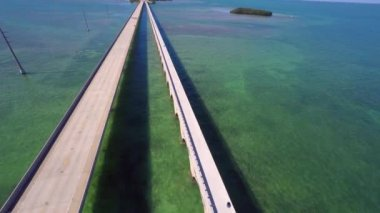 Aerial video of the 7 seven mile bridge in the Florida Keys — Stock Video