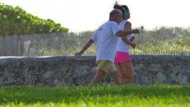 People exercising in Miami Beach Ocean Drive — Stockvideo
