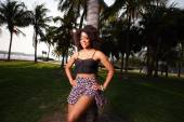 Attractive Jamaican woman posing by a tree — Fotografia Stock