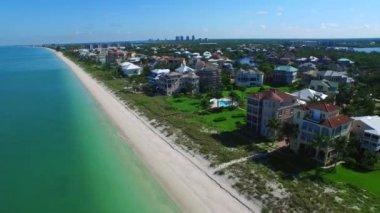 Luchtfoto video barefoot beach fl en luxe huizen — Stockvideo