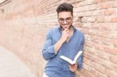 本を読んで笑顔と思いやりのあるカジュアルな男 — ストック写真