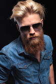 Man with red beard wearing sunglasses, posing for the camera — 图库照片