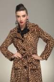 Женщина моды у животного печатает изложение пальто — Стоковое фото