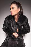 Donna moda casual chiudendo la sua giacca di pelliccia — Foto Stock