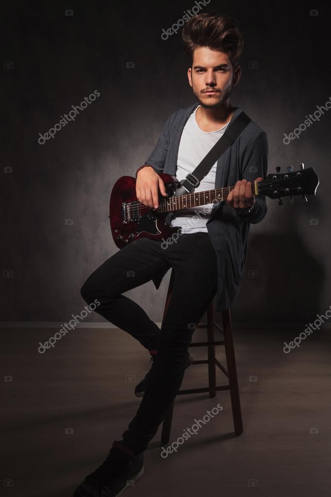 Художник играет гитаре