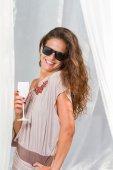 Frau in der Sommer-lounge — Stockfoto