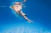 Jovem mulher natação subaquática — Foto Stock