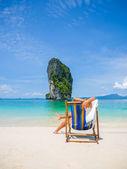 Kobieta na plaży w tajlandii — Zdjęcie stockowe