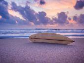 Surfplank op het strand — Stockfoto