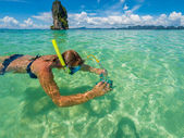 Beautiful woman snorkelling in Krabi Thailand — Stockfoto