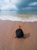 Bella donna sulla spiaggia. — Foto Stock
