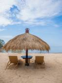 Relaxing couch chairs with parasol on white sandy Beach — 图库照片