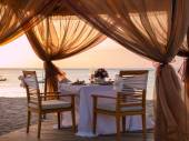 Romantic dinner setting at the beach — Stockfoto