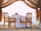 Romantic dinner setting at the beach — Stock Photo