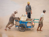 Fishermen work in the fishing village of Jimbara , BALI — Stock Photo