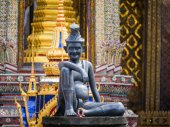 Sitting figure on a stone capital in the Grand Palace, Bangkok — Stock Photo