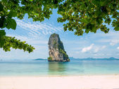 Clear water and blue sky. Beach in Krabi province. — Stock Photo