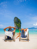 Couple of tourists on the beach — Stock Photo