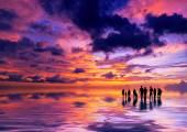 Silhuetter av folk vid solnedgången på stranden i Kuta Bali jag — Stockfoto